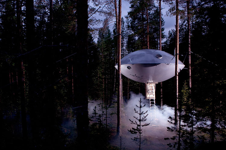 Homelifestyle-Magazine-Tree-Hotel-Ufo-night