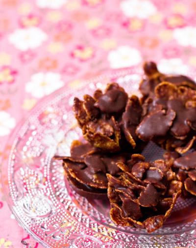 Crujiente de pétalos de rosa con almendra y chocolate