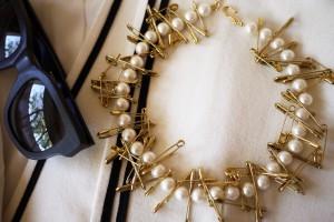 Collar de perlas e imperdibles