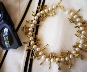 Collar de perlas e imperdibles
