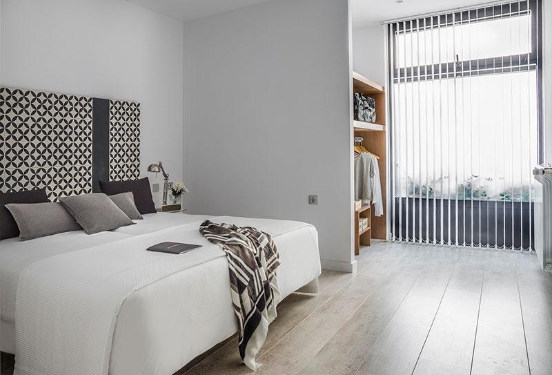 Homelifestyle-Magazine-Nuevo-Apartamento-adaptado-Eric-Vökel-dormitorio-accesible-