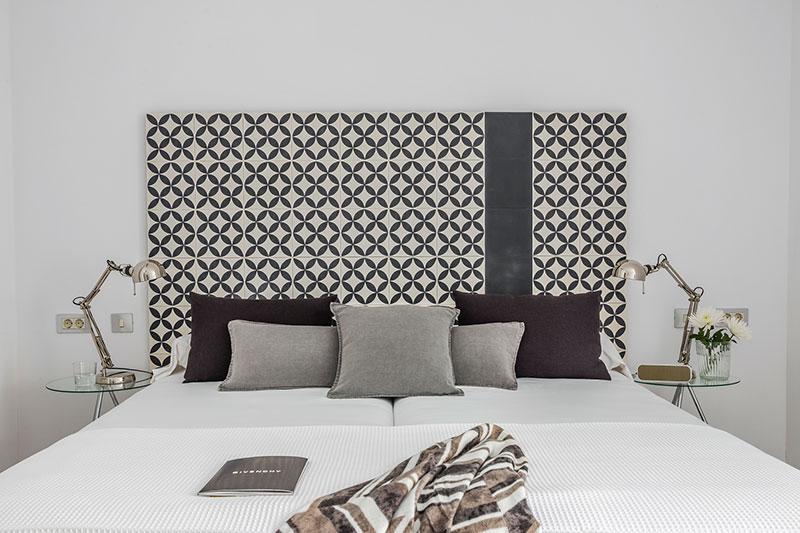Homelifestyle-Magazine-Nuevo-Apartamento-adaptado-Eric-Vökel-dormitorio-accesible-cabecero-hidráulico