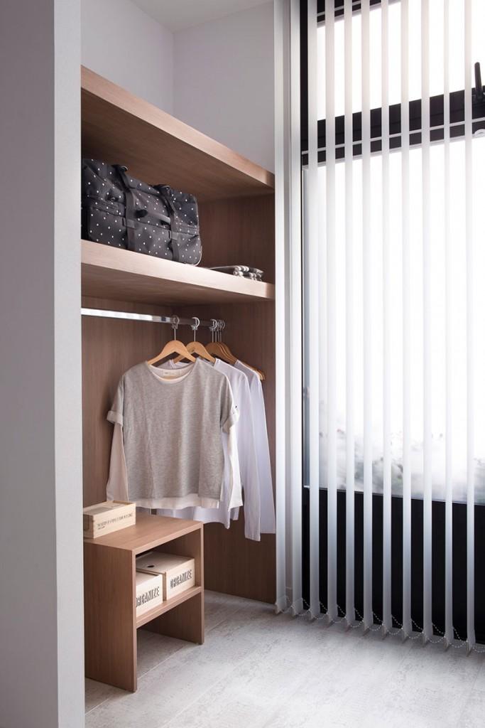 Homelifestyle-Magazine-Nuevo-Apartamento-adaptado-Eric-Vökel-dormitorio-accesible-vestidor