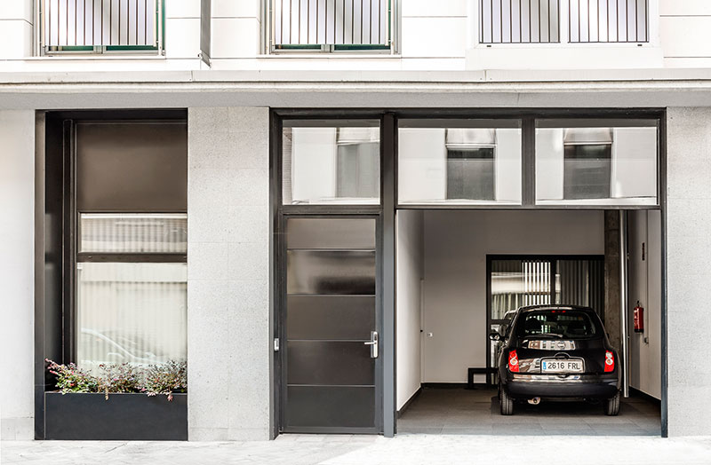 Homelifestyle-Magazine-Nuevo-Apartamento-adaptado-Eric-Vökel-parking-entrada