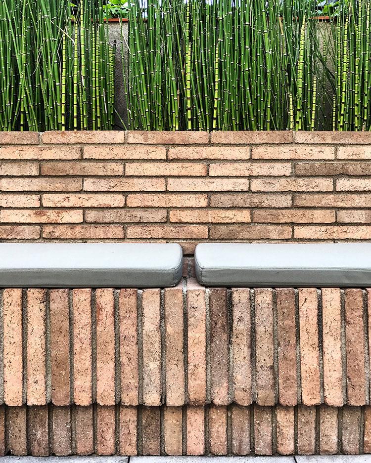 Patio-la-terraza-del-Hotel-Alexandra-Restaurante-Solomillo-Barcelona-Banco