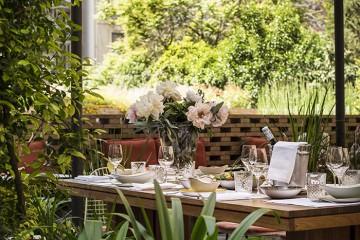 Patio-la-terraza-del-Hotel-Alexandra-Restaurante-Solomillo-Barcelona-Mesa
