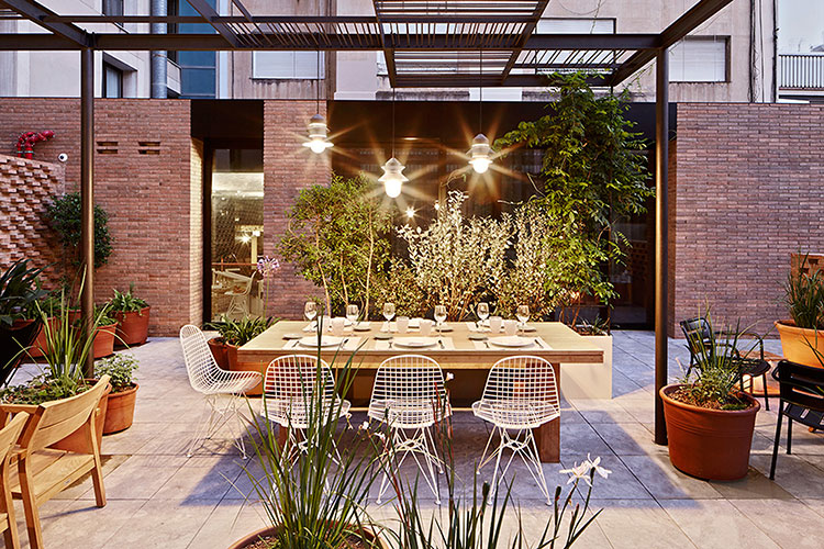 Patio-la-terraza-del-Hotel-Alexandra-Restaurante-Solomillo-Barcelona-noche